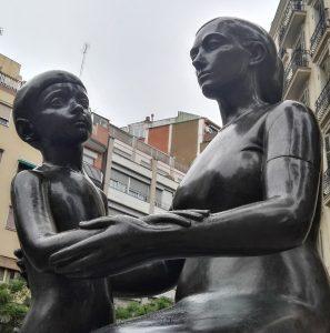 estatua madre hijo