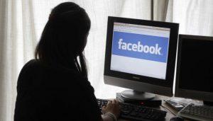 madre consultando facebook